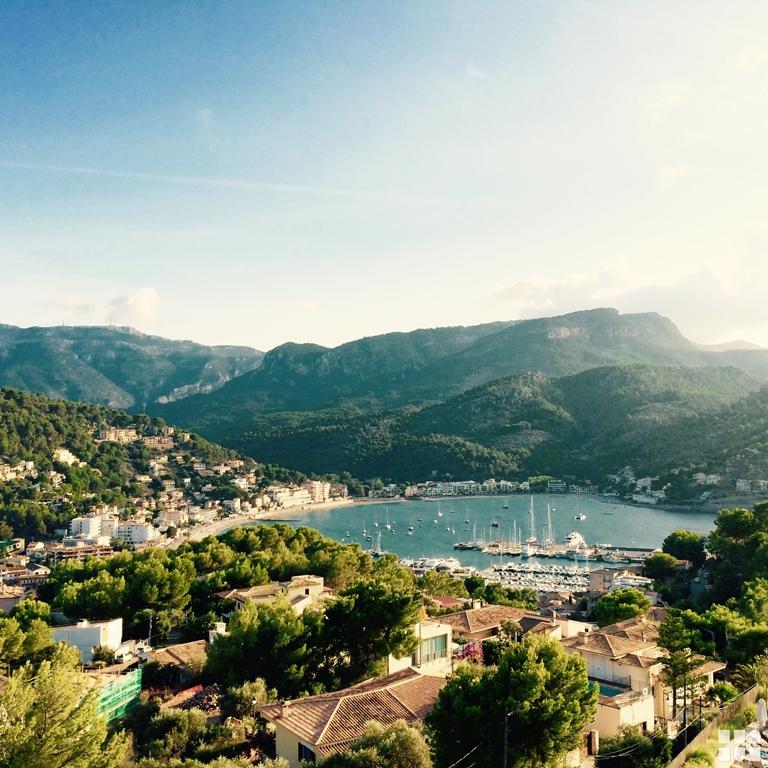 Mallorca Fincas in der Umgebung des Tramuntana-Gebirges, Deia und Valldemossa - Blick auf die Buch von Soller