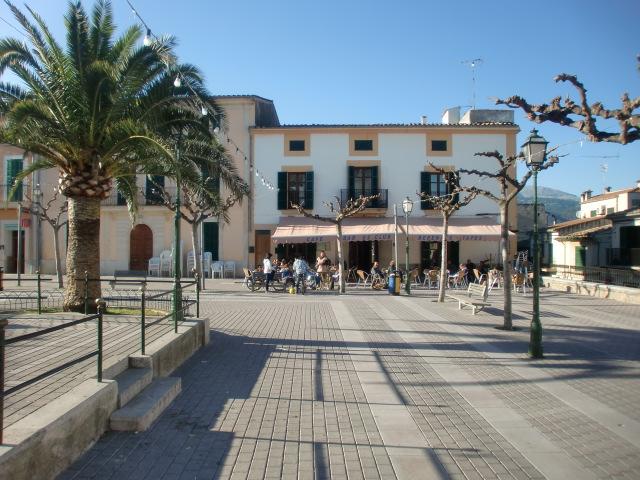 Pollenca -  Port de Pollenca - Cala Sant Vicenc - Der Dorfplatz von Camanet mit kleinen netten istros/Restaurants