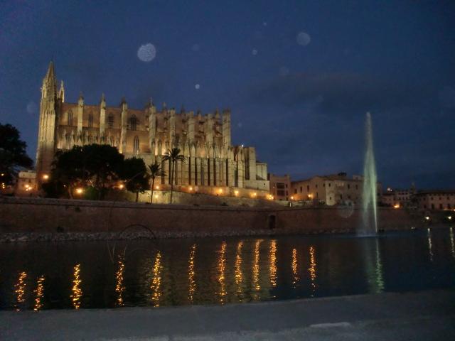 Buchen Sie eine Finca auf Mallorca - Romantische Perle des Mittelmeers - und bei Nacht. Sie ist das Wahrzeichen der Hauptstadt Palma de Mallorca