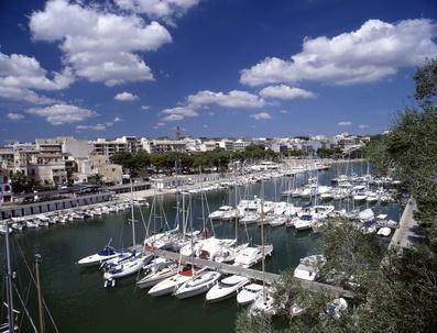 Ostküste-Mallorca - Im schönen Hafen liegen viele kleine Segel- und Fischerboote.