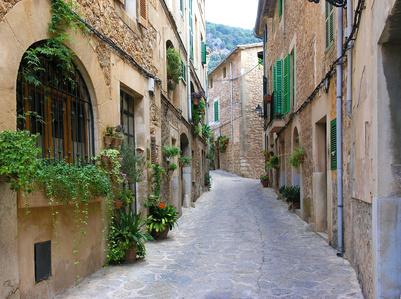 Mallorca Fincas in der Umgebung des Tramuntana-Gebirges, Deia und Valldemossa - Beliebtes Ausflugsziel ist neben Deia auch das Dorf Valldemossa