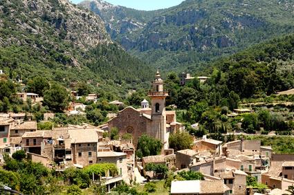 Mallorca Fincas in der Umgebung des Tramuntana-Gebirges, Deia und Valldemossa - Oberhalb des Ortes liegt das Kartäuserkloster La Cartuja, in dem  Frederic Chopin  wohnte.