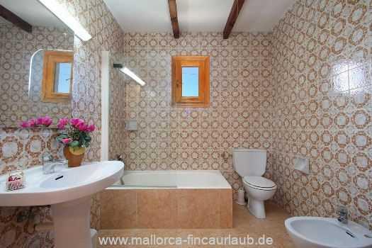 Bad mit Badewanne und WC