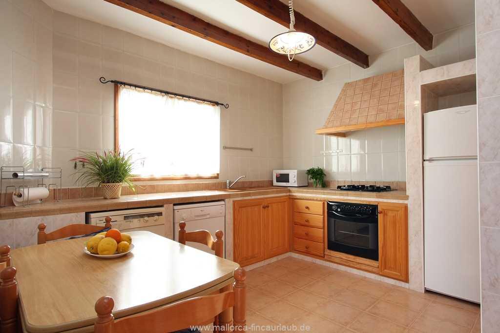 Küche mit Gaskochfeld, Kühl-/Gefrierkombi, Mikrowelle, Spülmaschine, Esstisch für 4 Personen, Waschmaschine und allen nötigen Kleingeräten