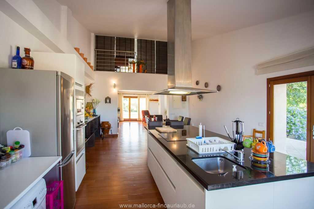 große, offene und modern eingerichtete Küche mit Herd und Backofen, Spülmaschine, Mikrowelle, Kühl-/Gefrierschrank, Waschmaschine