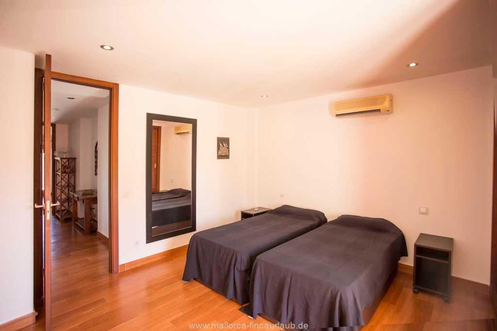 Schlafzimmer mit einem Doppelbett (150 x 190 cm) , Klimaanlage warm/kalt und Ausgang zur Terrasse