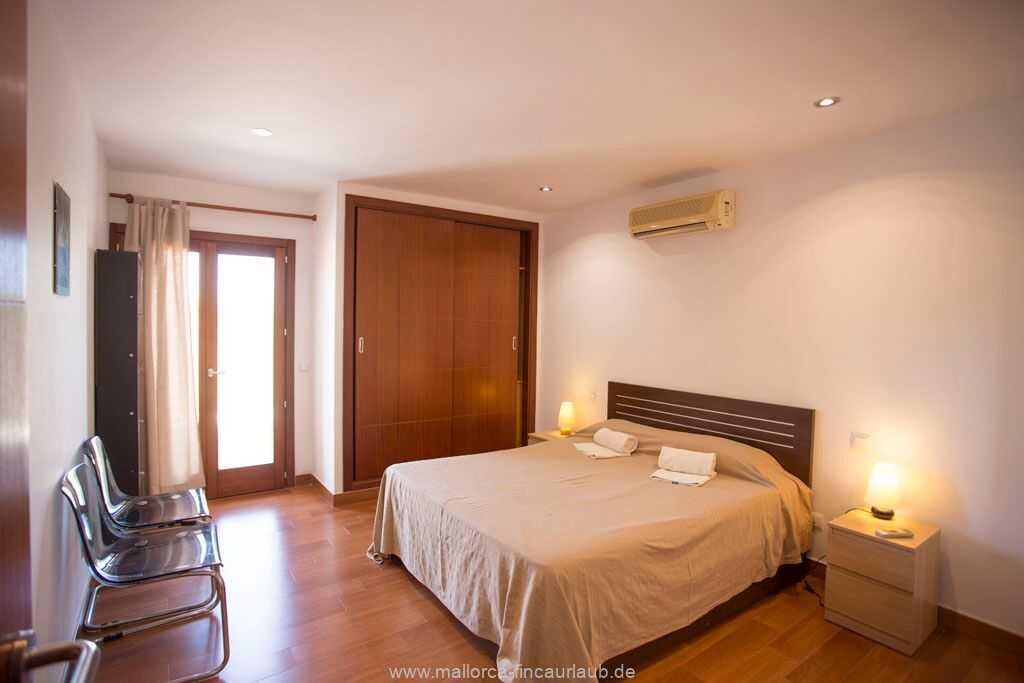 Schlafzimmer mit einem Doppelbett (160 x 190 cm) und mit Bad en suite mit Dusche/WC, Klimaanlage warm/kalt und Ausgang zur Terrasse