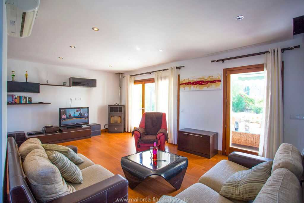 modernes Wohnzimmer mit Sofas, Schwedenofen und SAT-TV, DVD-Player, Wifi, Klimaanlage warm/kalt