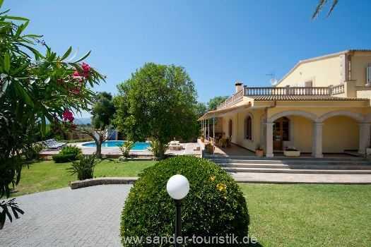 Anicht Haus mit Pool und Garten
