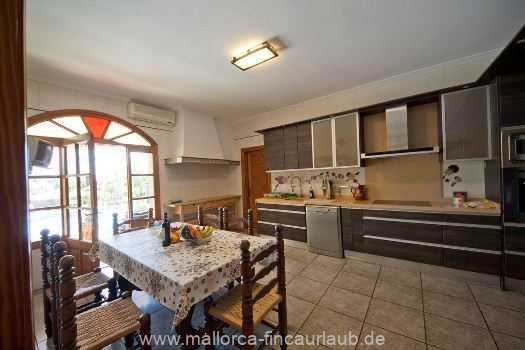 moderne Küche mit Cerankochfeld, Spülmaschine, Kühl-/Gefrierkombination und allen nötigen Kleingeräten, Ausgang zu der überdachte Terrasse