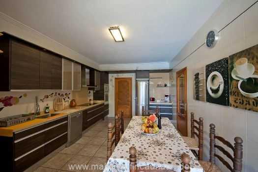 großzügige Küche mit Esstisch für 6 Personen