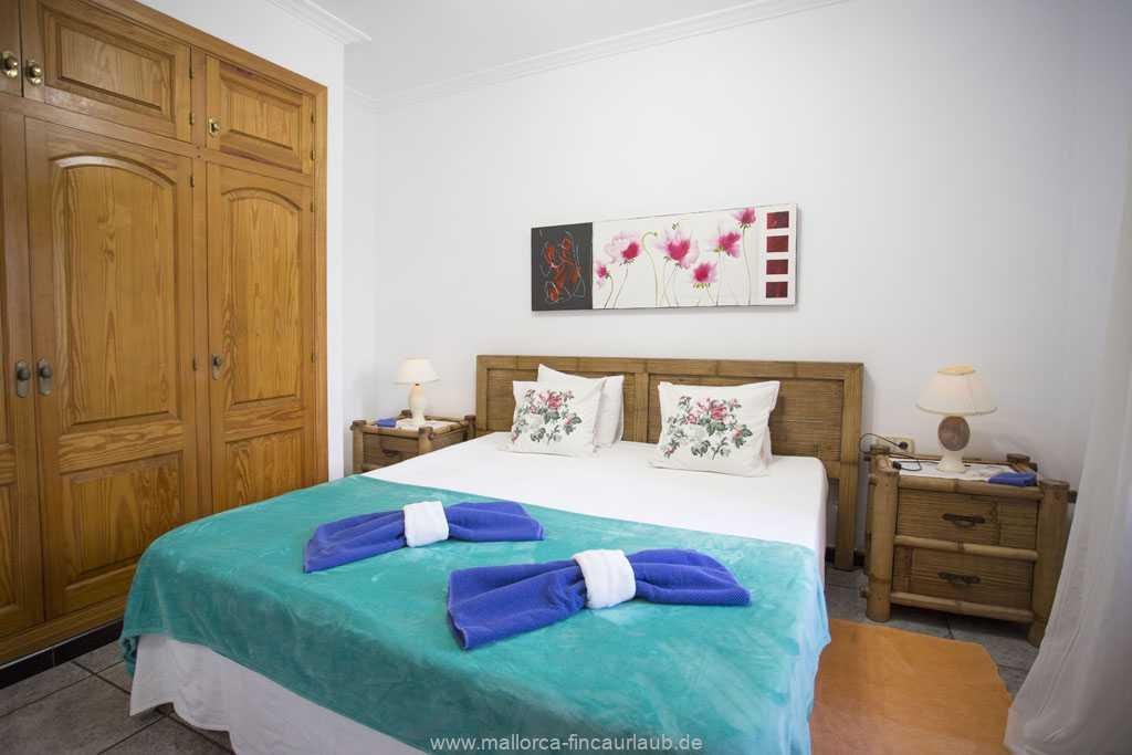 Schlafzimmer mit einem Doppelbett (160 x 200 cm)