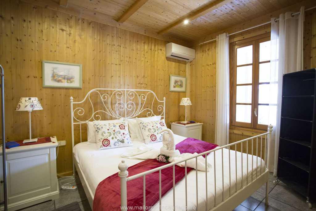 Schlafzimmer mit einem Doppelbett (180 x 200 cm)