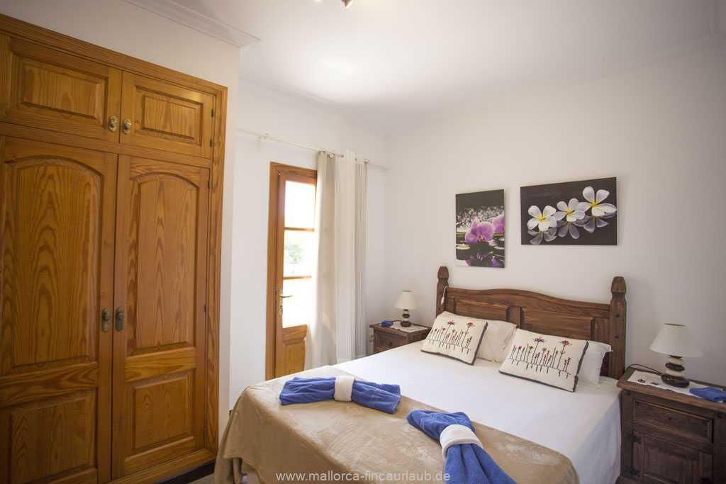 Schlafzimmer mit einem Doppelbett (180 x 200 cm) und Ausgang zur Terrasse