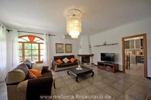Wohnzimmer mit Sofas, Sat-TV, Kamin und Klimaanlage, Internetzugang (Wifi) und Ausgang zur Terrasse