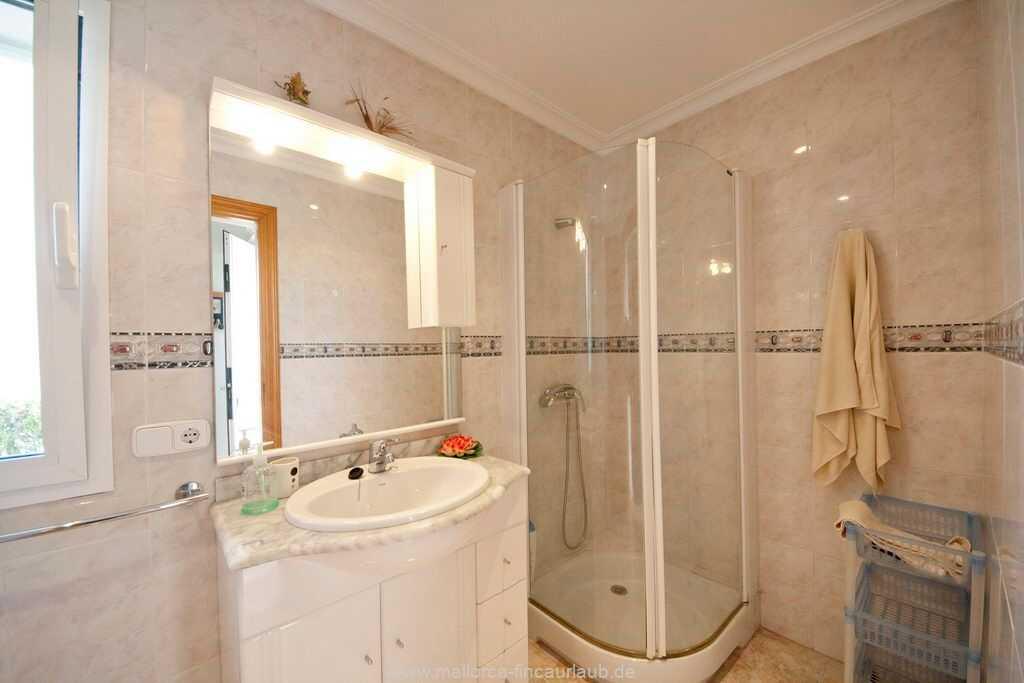 ein Bad mit Dusche und WC im Erdgeschoss