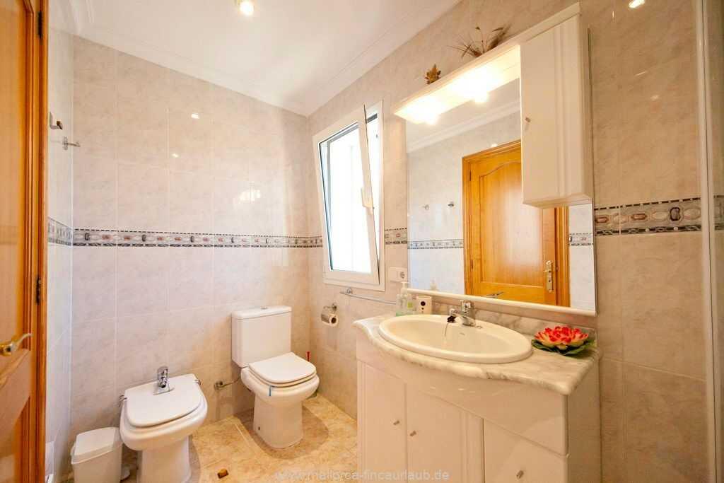 Bad mit Dusche und WC im Erdgeschoss