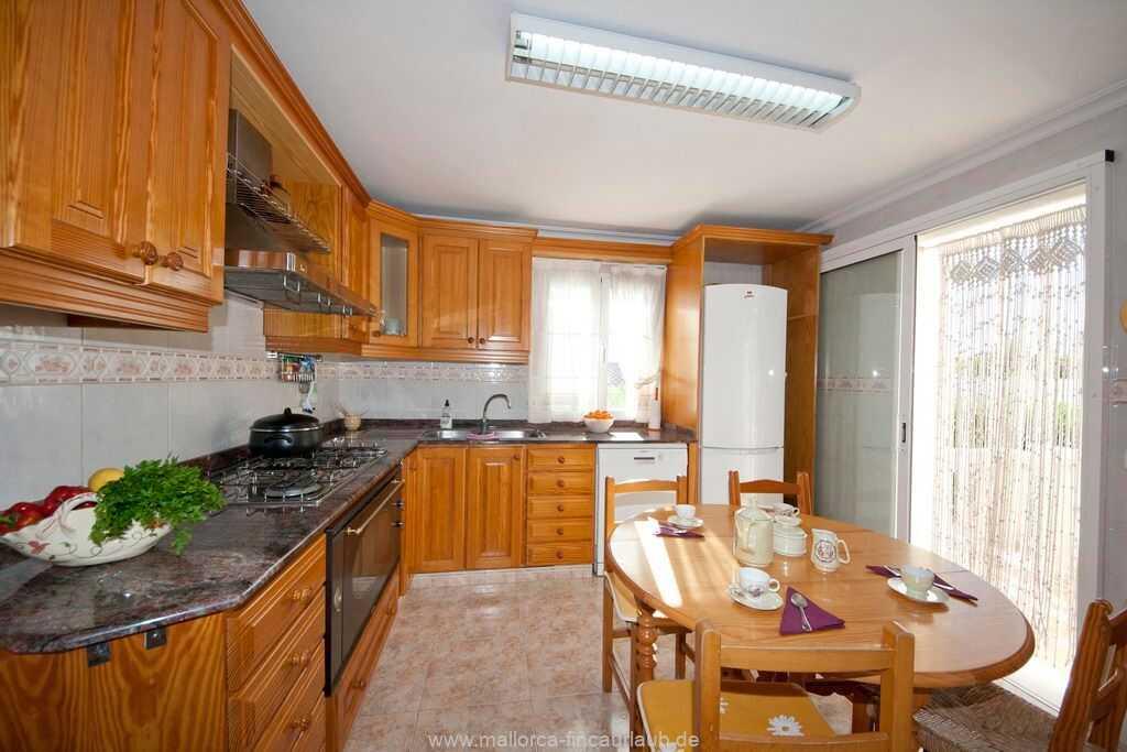 gut ausgestattete Küche mit Backofen, Spülmaschine, Kühl-Gefrierschrank etc.