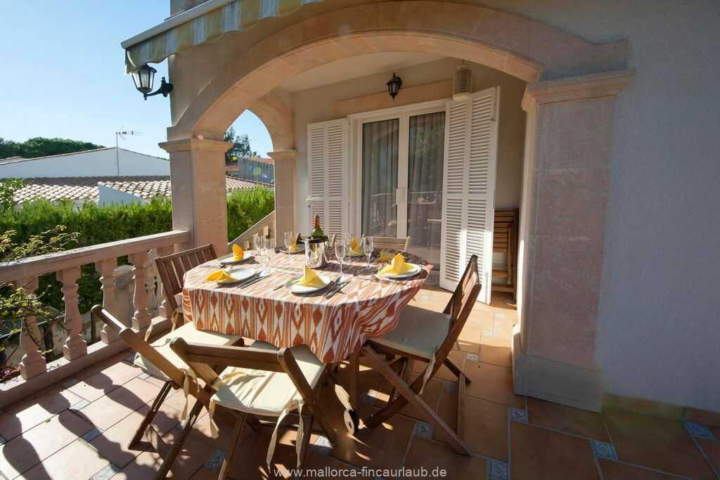 teilweise überdachte Terrasse mit Esstisch